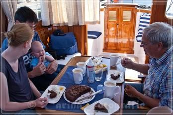 zurück an Bord gibt es Kaffee und Kuchen